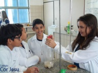 Aula prática no laboratório de ciências - 4º e 5º Anos