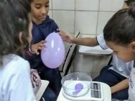 Estudantes do 6º ano aprendem as propriedades do ar de uma forma diferente.