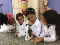 Alunos do 4º ano observam seres microscópicos em laboratório